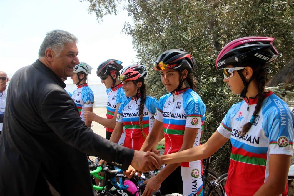 Nazir velosipedçilərlə görüşdü
