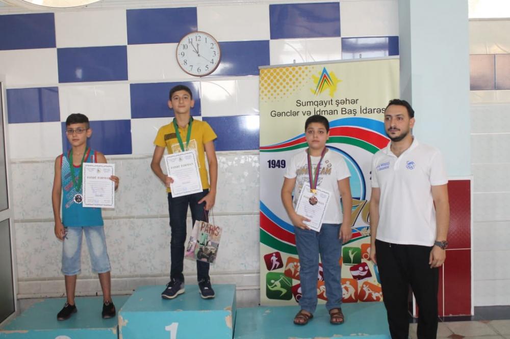 Uşaq paralimpiyaçılar üzgüçülük yarışlarında